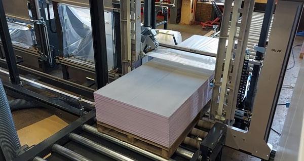 RoRo StretchPack® führt einen Kaltverpackungsprozess durch, bei dem Verpackung und Versiegelung in nur einem Arbeitsgang erfolgen.
